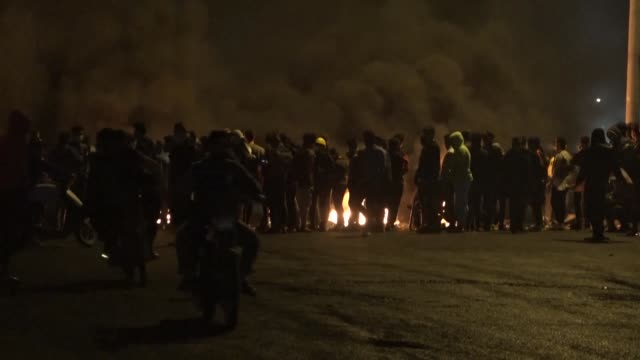 vídeos de stock e filmes b-roll de iraqi protesters in oilrich port city of basra block roads with burning tyres and items during a night demonstration aimed to pressure authorities to... - bassorá