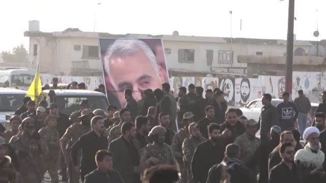 stockvideo's en b-roll-footage met iraqi protesters in the southern cities of nasiriyah and basra clash with proiran mourners during the funeral procession of top iranian commander... - nasiriyah