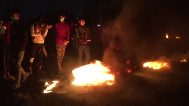 iraqi protesters in the southern port city of basra block roads with burning tyres during a night demonstration to keep security forces from reaching... - basra bildbanksvideor och videomaterial från bakom kulisserna