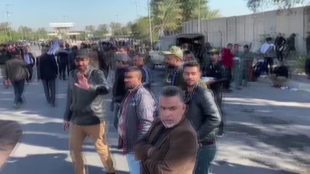 iraqi protesters storm at the us embassy in baghdad's green zone during an angry demonstration on december 31, 2019 to denounce weekend us air... - bagdad bildbanksvideor och videomaterial från bakom kulisserna