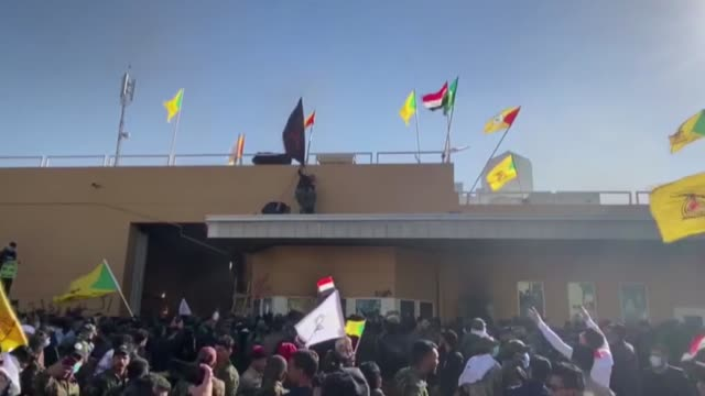 vídeos de stock e filmes b-roll de iraqi protesters, waving national flags and banners of the hashed al-shaabi, a mostly shiite network of local armed groups trained and armed by... - bagdade