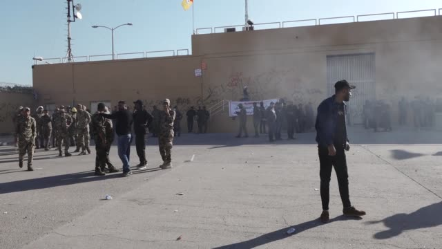 iraqi protesters, waving national flags and banners of the hashed al-shaabi, a mostly shiite network of local armed groups trained and armed by... - bagdad bildbanksvideor och videomaterial från bakom kulisserna