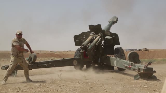 iraqi security forces fire at known isis locations near the iraqisyrian border using m109a6 paladin selfpropelled howitzer and m198 155mm howitzer on... - syrien stock-videos und b-roll-filmmaterial