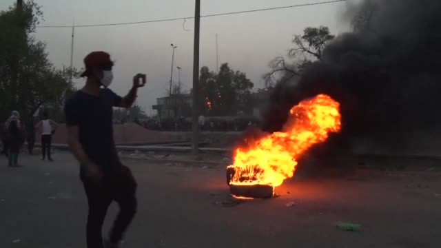 vídeos de stock e filmes b-roll de iraqi security forces open fire as they clash with protesters in the southern city of basra a day after six people were killed in demonstrations over... - bassorá
