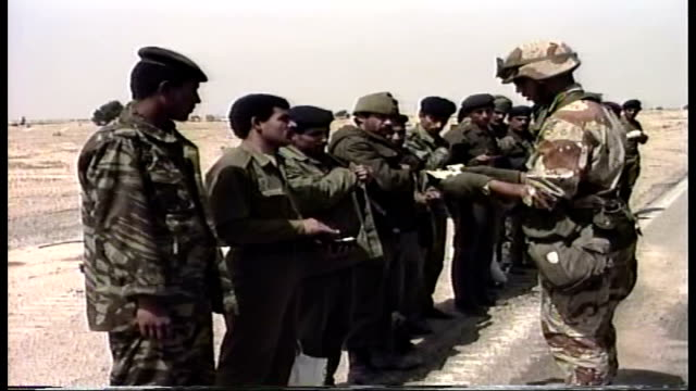 vidéos et rushes de iraqi soldiers lined up on the side of the road as us troops search them and their bus - irak