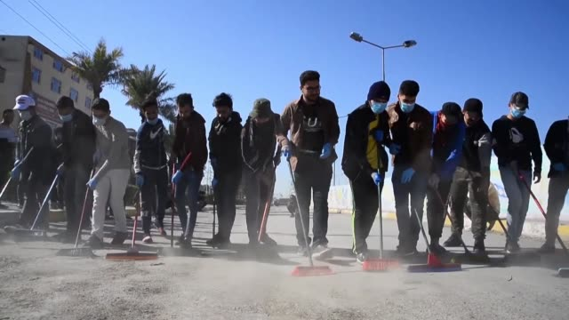 vídeos de stock e filmes b-roll de iraqi volunteers clean up the streets of the central city of najaf following anti government protests - najaf
