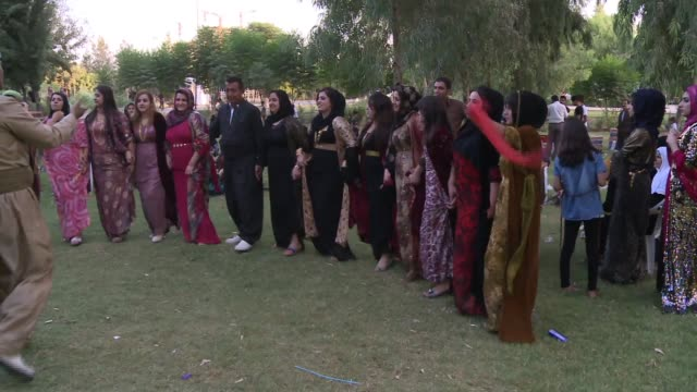 vídeos de stock, filmes e b-roll de iraqi wedding in park in irbil women dance bride and groom hold hands - papel em casamento