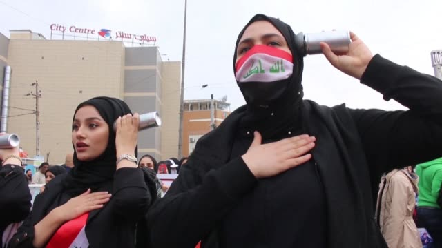 vídeos de stock e filmes b-roll de iraqi women and students in the oil rich port city of basra take to the streets to continue participating in anti government demonstrations as the... - bassorá