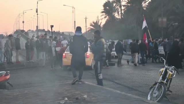 stockvideo's en b-roll-footage met iraqis demonstrate in the southern city of nasiriyah and burn tires to block traffic during ongoing antigovernment protests near the city's courthouse - nasiriyah