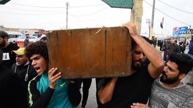 stockvideo's en b-roll-footage met iraqis hold funerals in the holy shrine city of najaf for demonstrators and a tuktuk driver killed in various iraqi cities during clashes between... - najaf