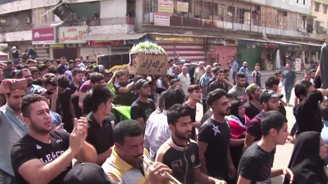 vídeos de stock e filmes b-roll de iraqis on tuesday mourned more than 200 people killed the day before in a baghdad suicide bombing claimed by the islamic state jihadist group as the... - cadáver