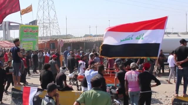 vídeos de stock e filmes b-roll de iraqis protest near the entrance of the port of basra to demand the fall of the government despite the government's proposals including of early... - bassorá