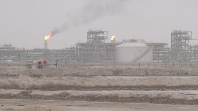 iraqis react to the current oil-price turmoil and say that it will worsen the current economic crisis, as their country depends almost completely on... - iraq video stock e b–roll