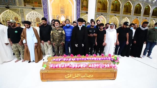 vídeos de stock e filmes b-roll de iraq's hashed al-shaabi and mourners hold a funeral for a fighter in the central holy city of najaf, a day after he was killed in an islamic state... - najaf