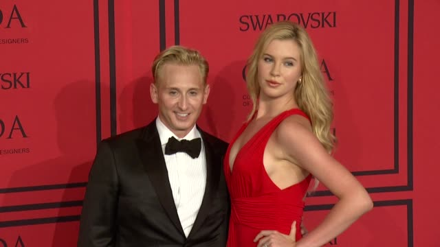 vídeos de stock, filmes e b-roll de ireland baldwin and guest at 2013 cfda fashion awards arrivals at alice tully hall on june 03 2013 in new york new york - baldwin awards