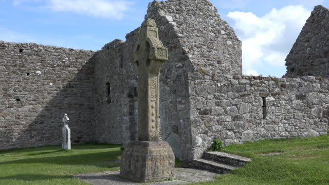 ireland clonmacnoise cathedral ruin and celtic cross - 宗教上のシンボル点の映像素材/bロール