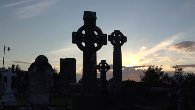 vidéos et rushes de ireland county sligo three celtic crosses at sunset - pierre tombale
