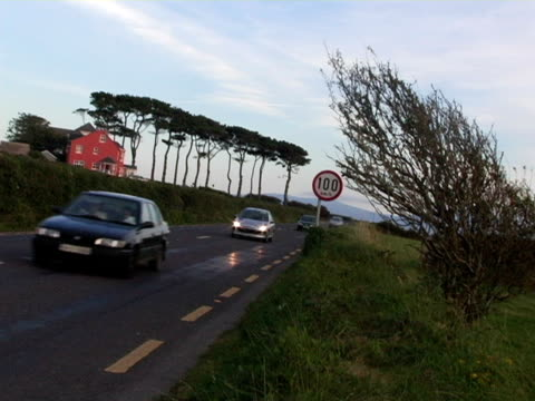 ms, canted, ireland, dingle, cars driving on rural highway - placca di montaggio fissa video stock e b–roll