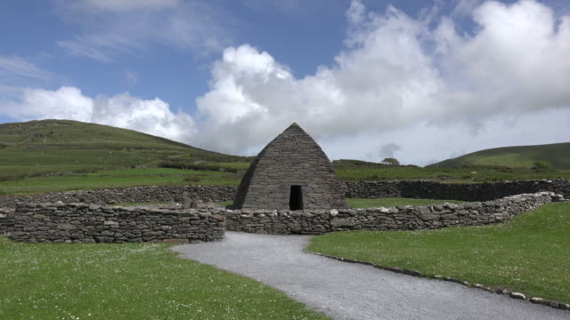 vídeos de stock, filmes e b-roll de ireland dingle gallarus oratory with cloud - península