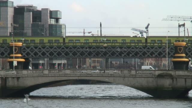 (HD1080i) Ireland: Dublin 3D River Traffic