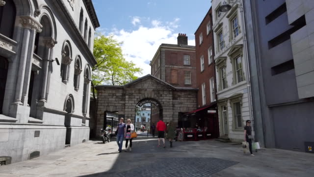 ireland dublin castle gateway with people - cobblestone stock videos & royalty-free footage