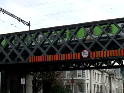 vídeos y material grabado en eventos de stock de irlanda: dublin tren suburbano cruza el puente de la ruta - letra x