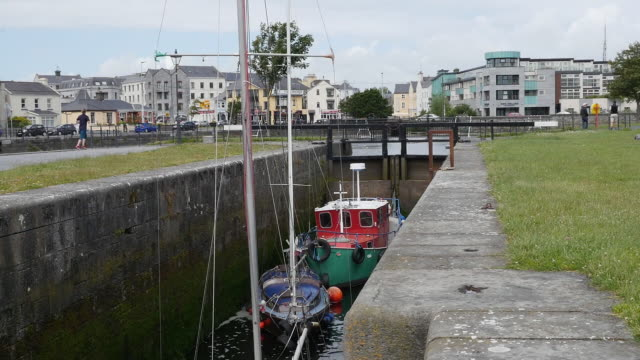 ireland galway city boats in a lock wait for water to rise - chiusa di fiume video stock e b–roll