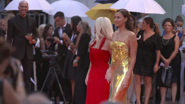 vídeos de stock, filmes e b-roll de irina shayk and donatella versace at 'a star is born' red carpet arrivals 75th venice film festival on august 31, 2018 in venice, italy. - 2018