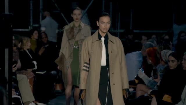 vidéos et rushes de runway irina shayk at london fashion week february 2019 burberry on february 17 2019 in london united kingdom - burberry