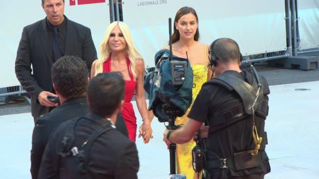 vídeos y material grabado en eventos de stock de irina shayk, donatella versace at 'a star is born' red carpet arrivals 75th venice film festival on august 31, 2018 in venice, italy. - 2018