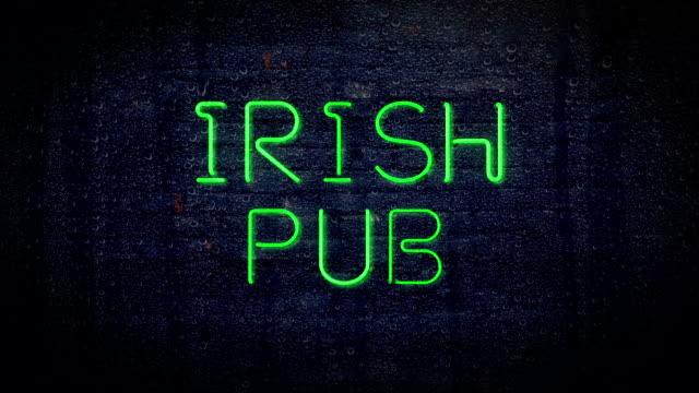 vídeos y material grabado en eventos de stock de bar irlandés señal de neón - señal de información