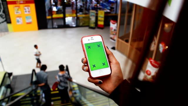 irl using tablet pc with green screen out door - endast en flickbaby bildbanksvideor och videomaterial från bakom kulisserna