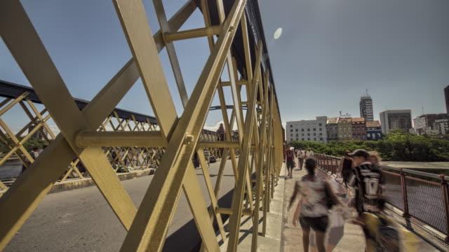 vídeos de stock, filmes e b-roll de iron bridge - pedestre