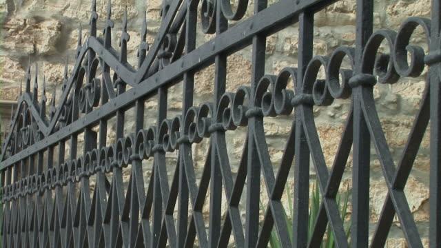 vídeos de stock, filmes e b-roll de ferro muro - portão