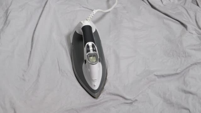 アイロンボード上での鉄の移動 - アイロン点の映像素材/bロール