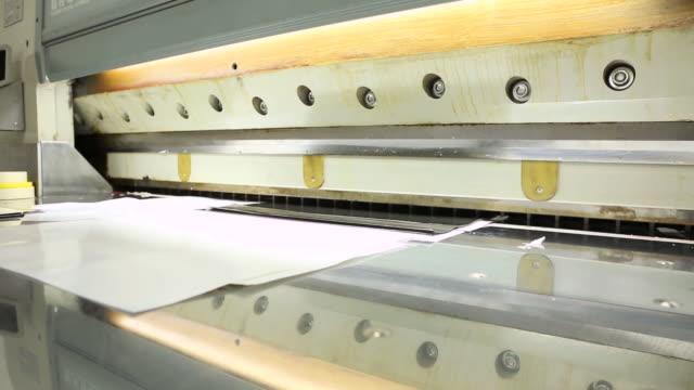 Iron plate cutting machine