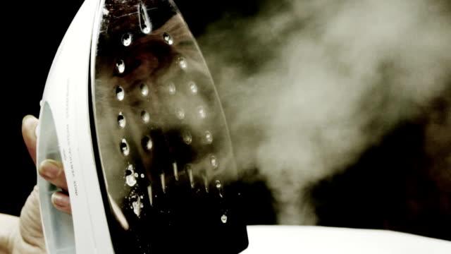 vidéos et rushes de fer à repasser vapeur - fer