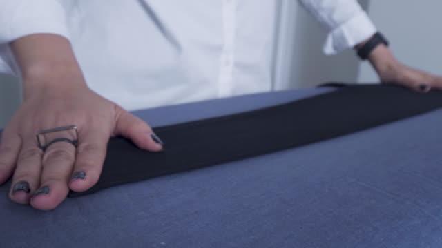 schwarze kleidung bügeln - hose stock-videos und b-roll-filmmaterial