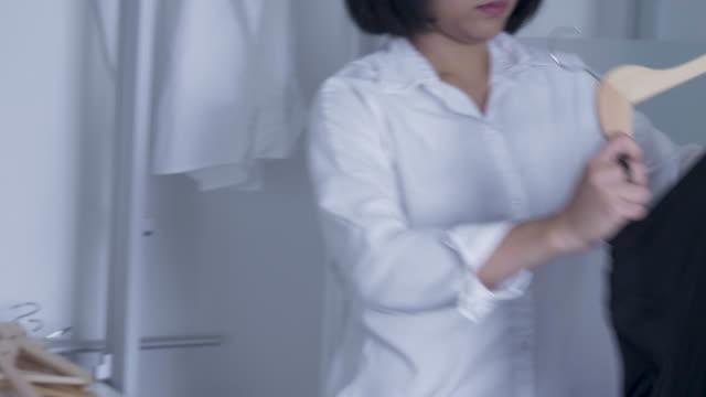 黒い服をアイロン - アイロン台点の映像素材/bロール