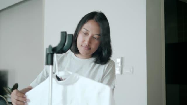 vidéos et rushes de repassage des travaux ménagers - stock vide - vêtement de peau