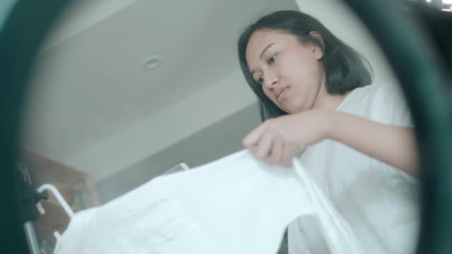 vidéos et rushes de repassage des travaux ménagers - stock vidéo - vêtement de peau