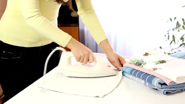 vídeos y material grabado en eventos de stock de toalla de planchar - plancha