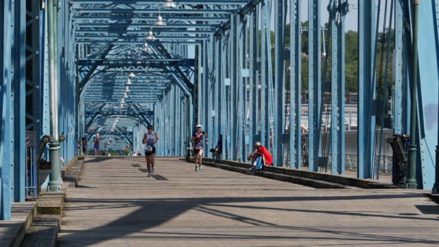 ironman running crossing the bridge in chattanooga, tn - triatleta video stock e b–roll
