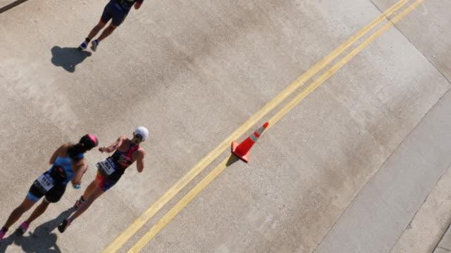 vídeos y material grabado en eventos de stock de ironman women running - vista inclinada