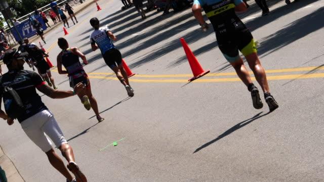 vídeos y material grabado en eventos de stock de ironman women running - triatlón