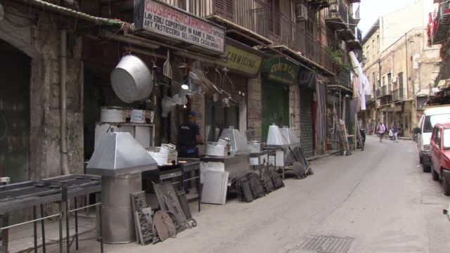 ironmongers sell cooking hardware, sicily - scooter video stock e b–roll