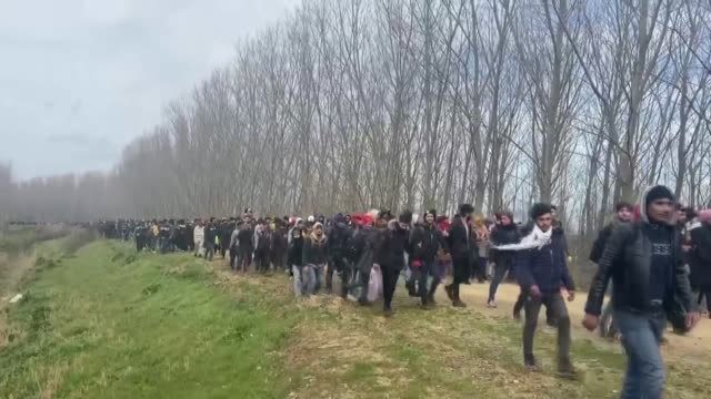irregular migrants hoping to reach europe cross the border into greece by cutting through a barbed wire fence at the turkishgreek border near ipsala... - griechenland stock-videos und b-roll-filmmaterial