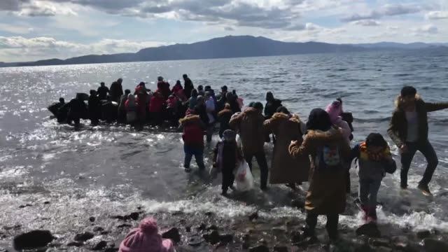 vídeos y material grabado en eventos de stock de irregular migrants planning to cross into greece on friday flocked to northwestern turkey following an airstrike by forces of the bashar al-assad... - siria