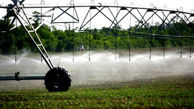 Bewässerungs- und Sprinkleranlagen über Agrarland.
