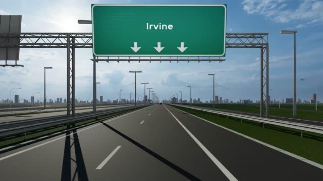 irvine-schild auf der autobahn stock video zeigt das konzept der einfahrt in die usa stadt - irvine verwaltungsbezirk orange county stock-videos und b-roll-filmmaterial